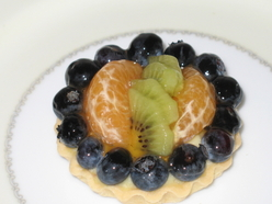 vanilla custard clementine kiwi, blueberry tartlette